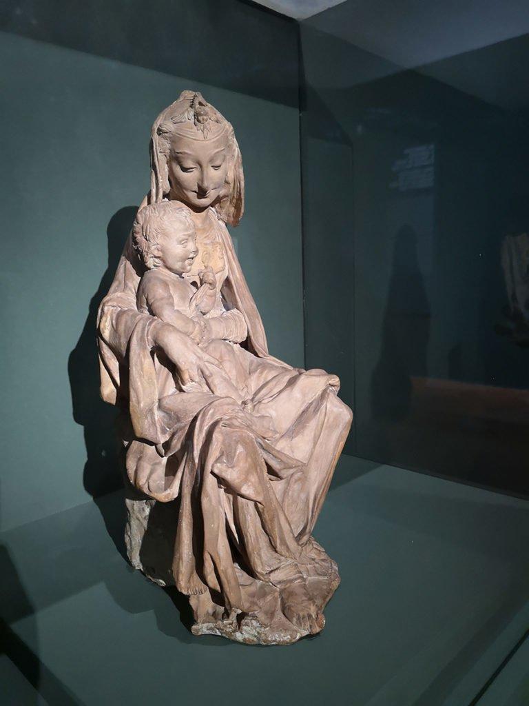 Atribuido a Leonardo da Vinci, La Virgen con el niño sonriente, ca. 1472.