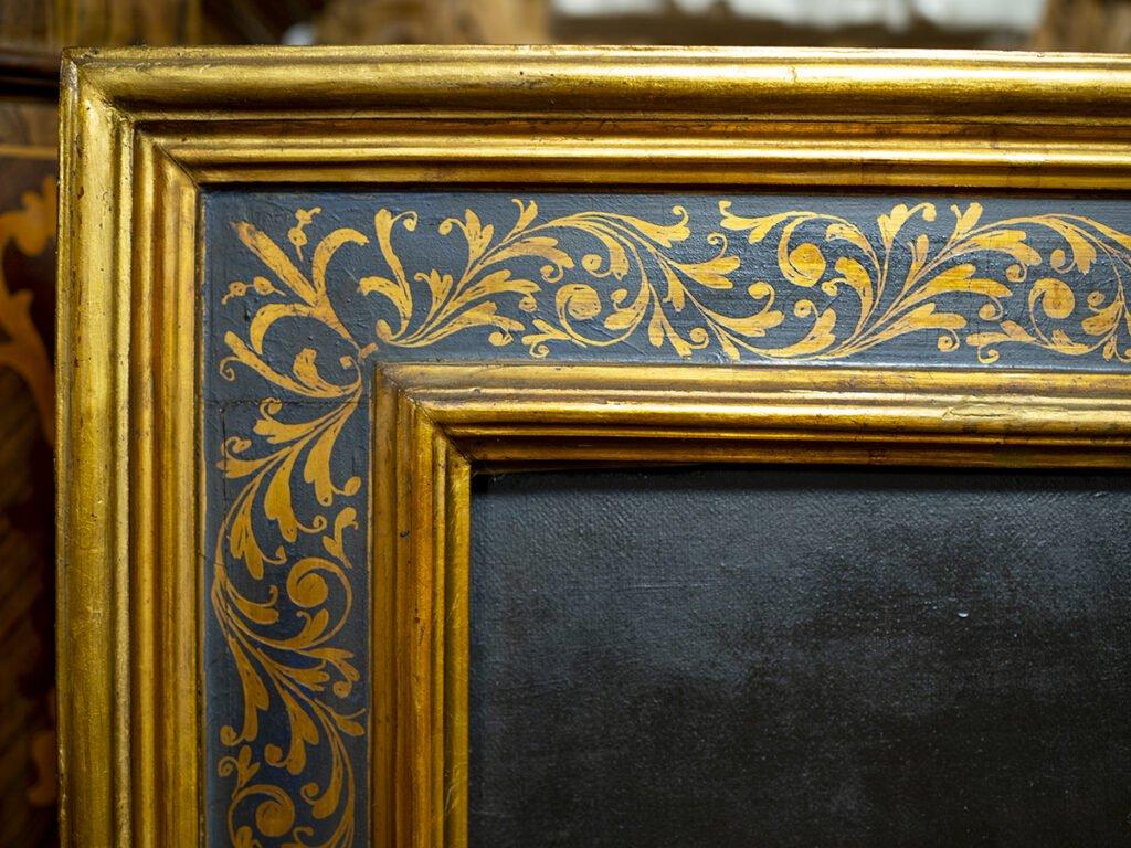 Una cornice antica decorata a sgrafitto